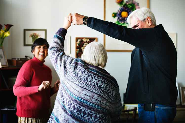 Elderly couple dancing | Image