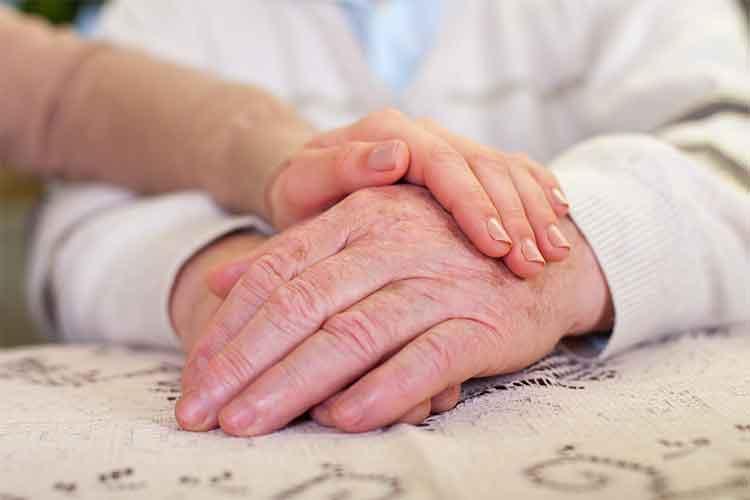 Elderly couple holding hands | Image